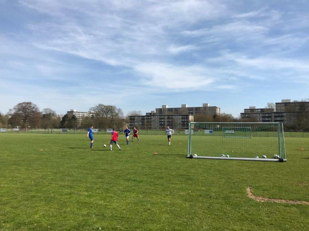 Hobbyfußballverein Sportfreunde Uerdingen beim Training auf Naturrasen